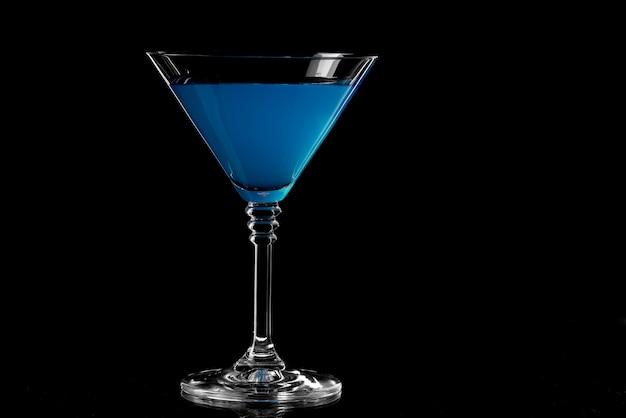 Sluit omhoog van blauwe curacaodrank. blauwe lagune cocktail in glas. drinken