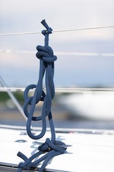Sluit omhoog van blauwe zeevaartgeknoopte kabels aan boord van een jacht