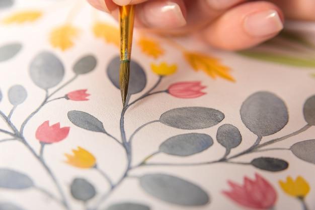 Sluit omhoog van bloemenontwerp op papier