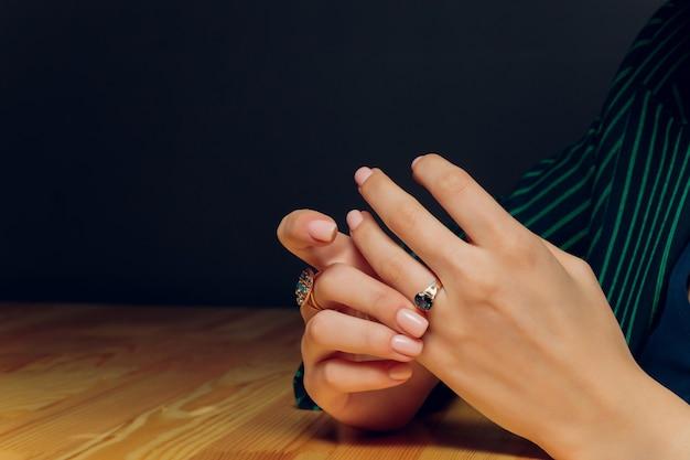 Sluit omhoog van boho gestileerde vrouwenhanden met zilveren juwelen.