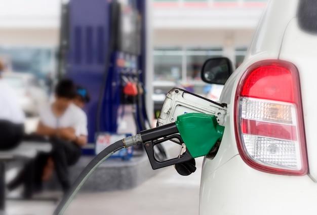 Sluit omhoog van brandstofcontrolesysteem bijtankend een aardolie aan voertuig bij benzinestation.