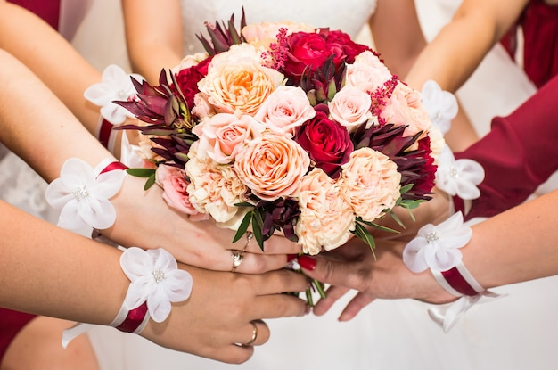 Sluit omhoog van bruid en bruidsmeisjesboeket