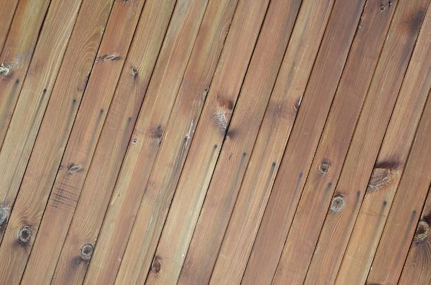 Sluit omhoog van bruine houten omheiningspanelen. vele verticale houten planken