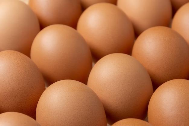 Sluit omhoog van bruine kippeneieren.