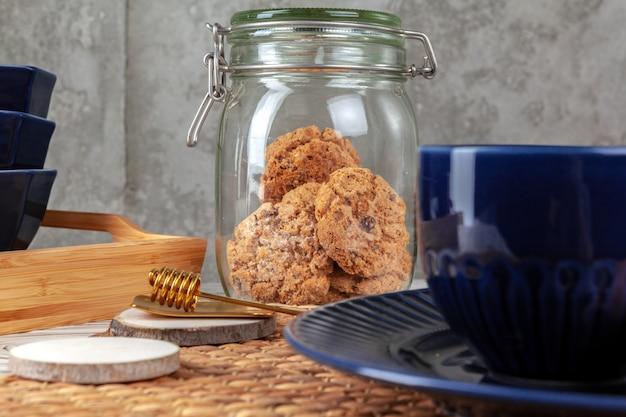 Sluit omhoog van ceramische theekop met koekjes. keukentafel