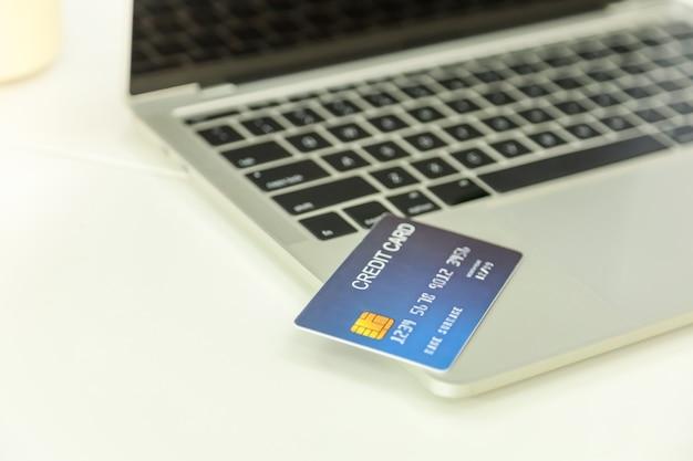 Sluit omhoog van creditcardmodel op laptop