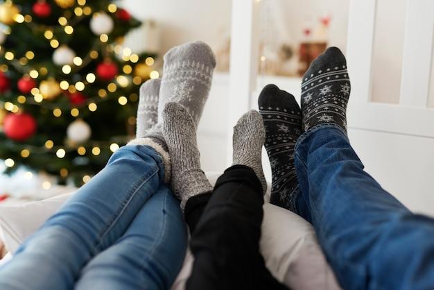 Sluit omhoog van de benen van de familie in warme sokken