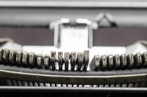 Sluit omhoog van de brieven op een oude schrijfmachine.
