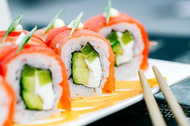 Sluit omhoog van de broodjes van tonijnsushi met avocado