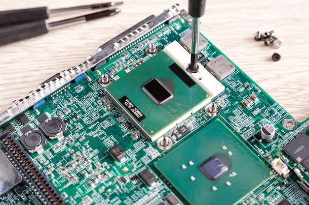Sluit omhoog van de centrale verwerkingseenheid van cpu en chipset op laptop moederbord