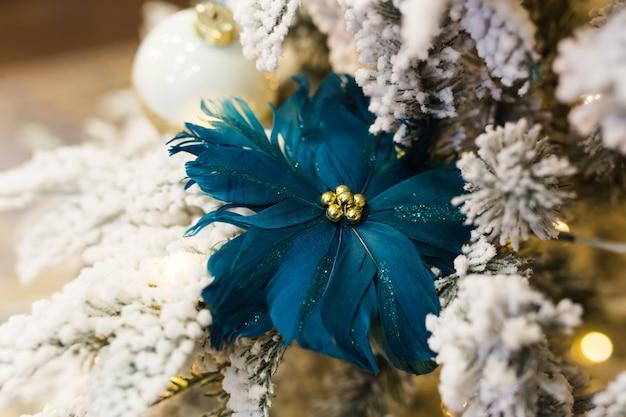 Sluit omhoog van de decoratie van de kerstboom