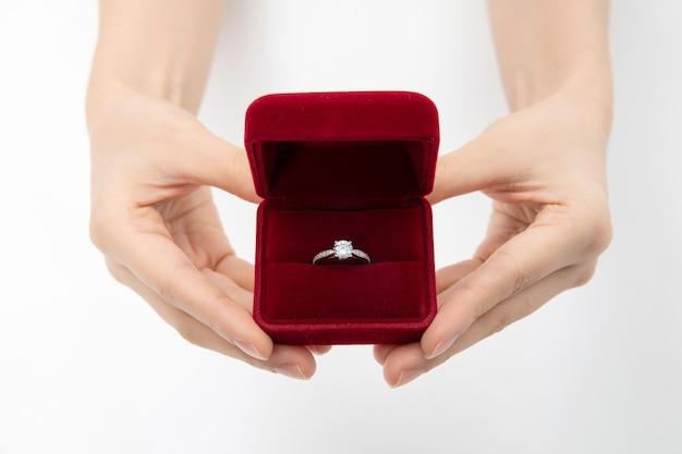 Sluit omhoog van de doos van de handholding met diamantring