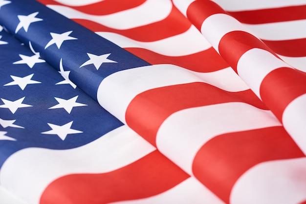 Sluit omhoog van de golvende nationale amerikaanse vlag van de vs als achtergrond. concept van memorial of independence day of 4 juli
