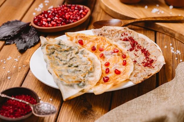 Sluit omhoog van de gutabsschotel van azerbeidzjan met kruidenpompoen en versierd vlees