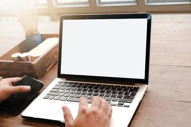 Sluit omhoog van de mens gebruikend laptop, die massages op de tuin verzendt ziend sunbath