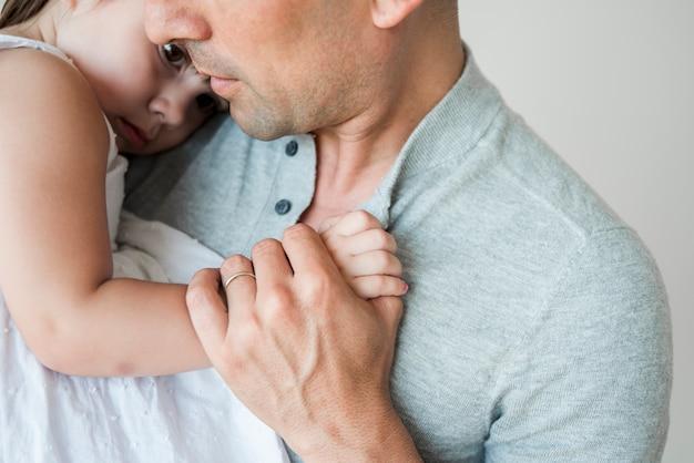Sluit omhoog van de mens met dochter
