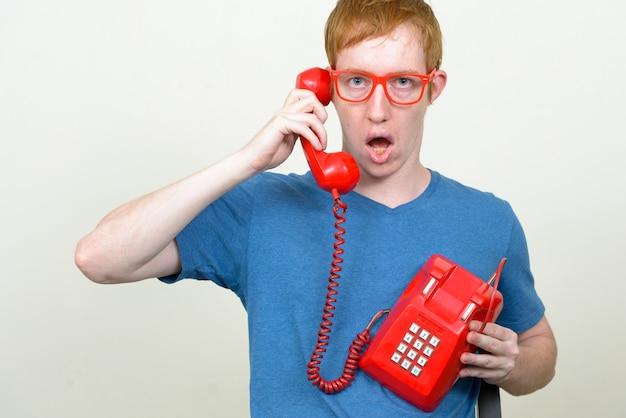 Sluit omhoog van de nerdmens met rood haar die geïsoleerde oogglazen dragen
