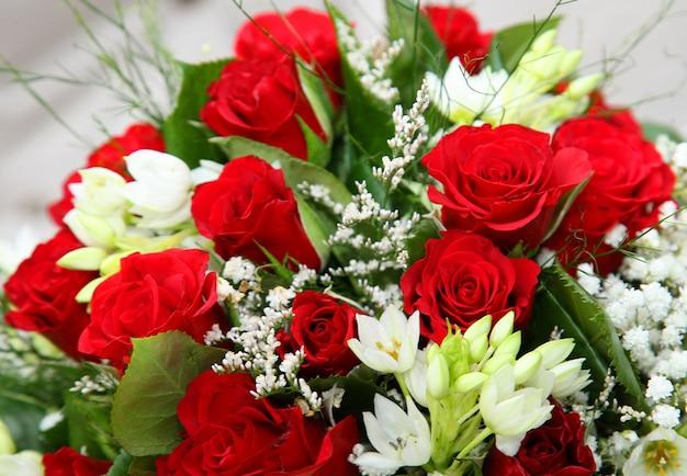 Sluit omhoog van de rode bloemen van het rozenboeket.