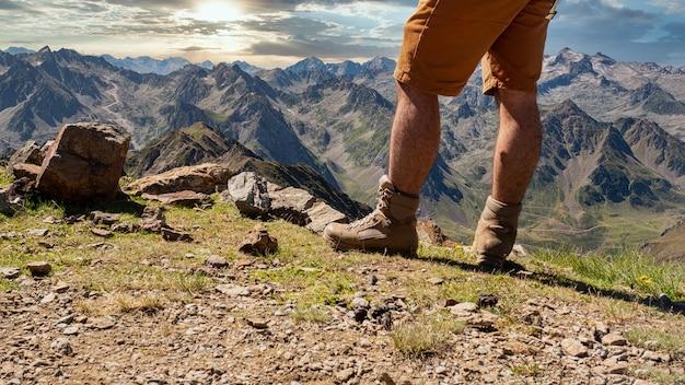 Sluit omhoog van de voeten van een wandelaar in de berg