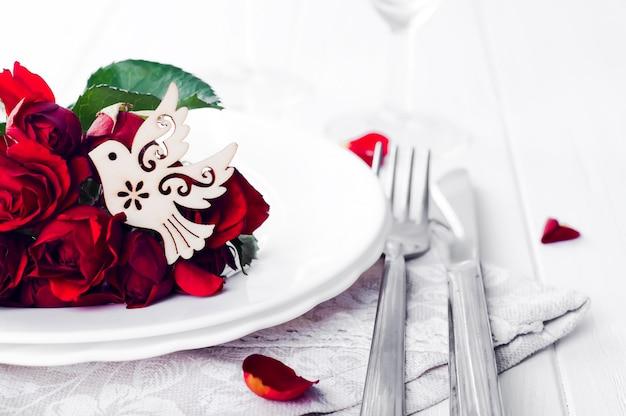 Sluit omhoog van detail bij de eettafel die van het huwelijksontbijt met duif plaatsen