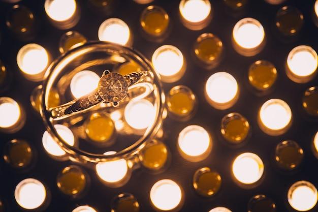 Sluit omhoog van diamanten bruiloftringen met selectieve nadruk