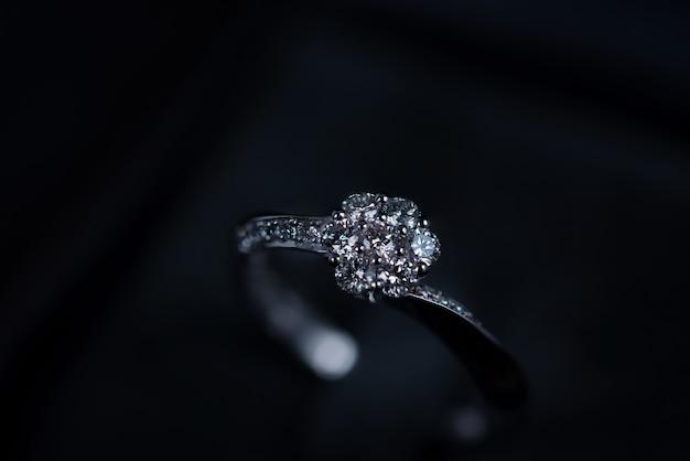 Sluit omhoog van diamantring op donkere achtergrond