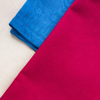 Sluit omhoog van doekservetten van beige, blauwe en de kleuren van bourgondië.