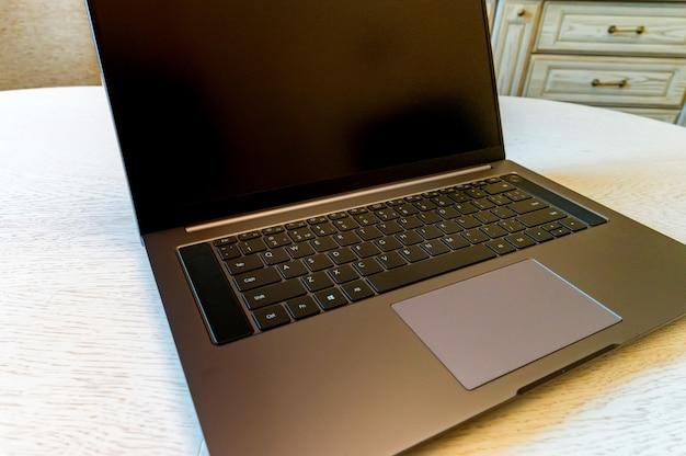 Sluit omhoog van donkergrijs computertouchpad met zwart toetsenbord