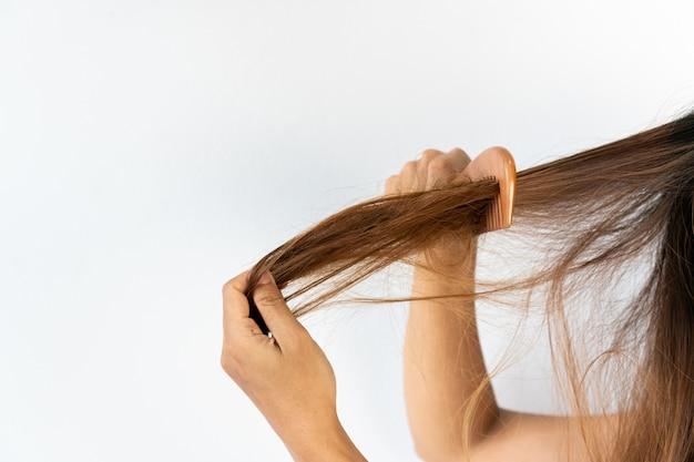 Sluit omhoog van droevig jong aziatisch meisje met haar verwarde haren. geïsoleerd op witte achtergrond, kopieer ruimte