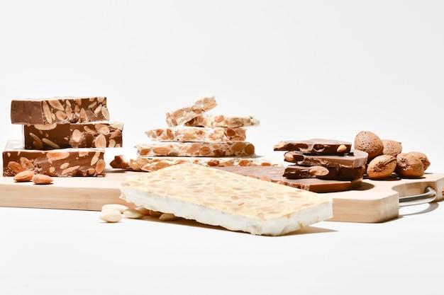 Sluit omhoog van een assortiment van heerlijke amandelnougatbrokjes
