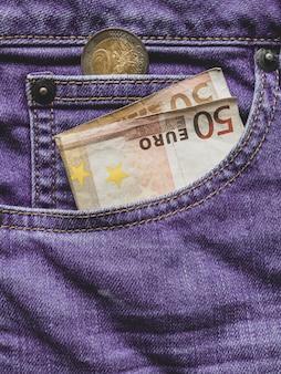 Sluit omhoog van een bankbiljet van 50 euro in een zak