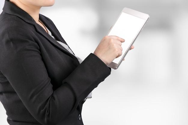 Sluit omhoog van een bedrijfsvrouw die aan tablet met het knippen van weg werkt