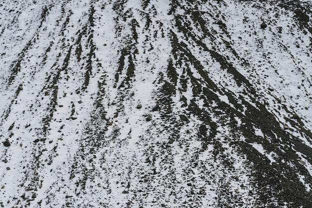 Sluit omhoog van een berg die in sneeuw wordt behandeld