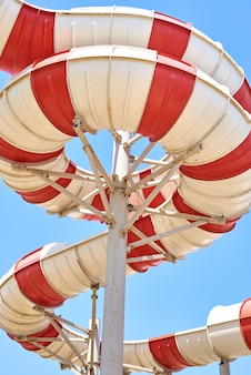 Sluit omhoog van een dia van het buiswater in aquapark tegen blauwe hemel