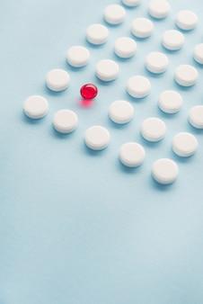 Sluit omhoog van een één rode capsule