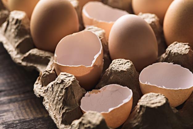 Sluit omhoog van een eierschaal en karton gerecycleerde eierdoos