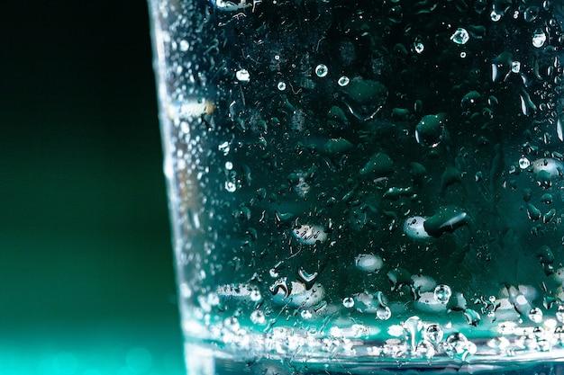 Sluit omhoog van een fles van het sodawater met condensatie erop