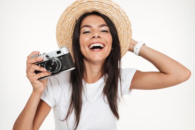 Sluit omhoog van een gelukkige vrouw in hoed het stellen