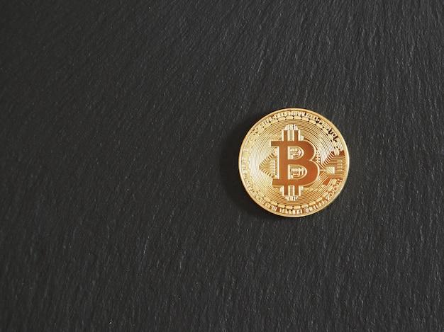 Sluit omhoog van een gouden bitcoinmuntstuk