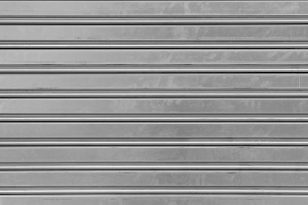 Sluit omhoog van een grijs metaalgordijn dat een gesloten winkel of een huis beschermt