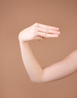 Sluit omhoog van een hand die gebarentaal onderwijst Premium Foto