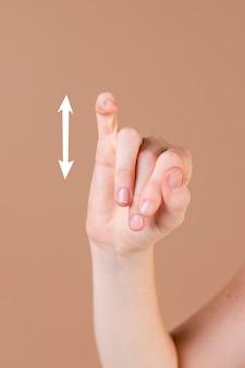 Sluit omhoog van een hand die gebarentaal onderwijst