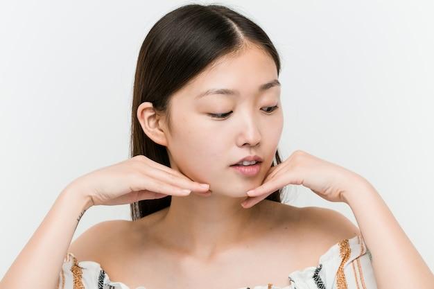 Sluit omhoog van een jonge mooie en natuurlijke aziatische vrouw