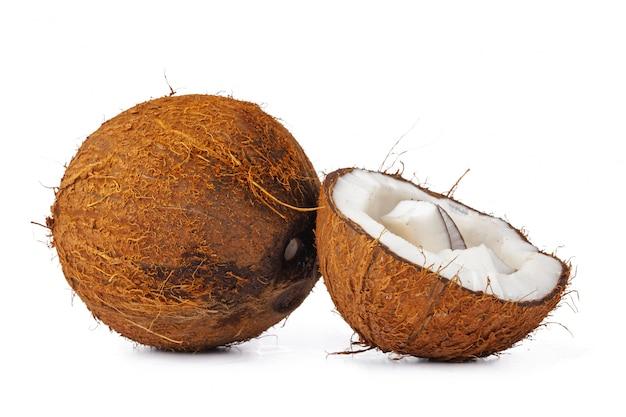 Sluit omhoog van een kokosnoot die in stukken wordt gekraakt
