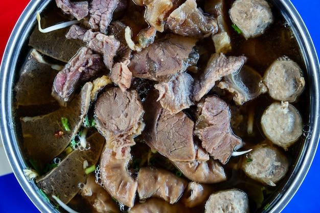 Sluit omhoog van een kom thaise de noedelsoep van het stijlrundvlees.