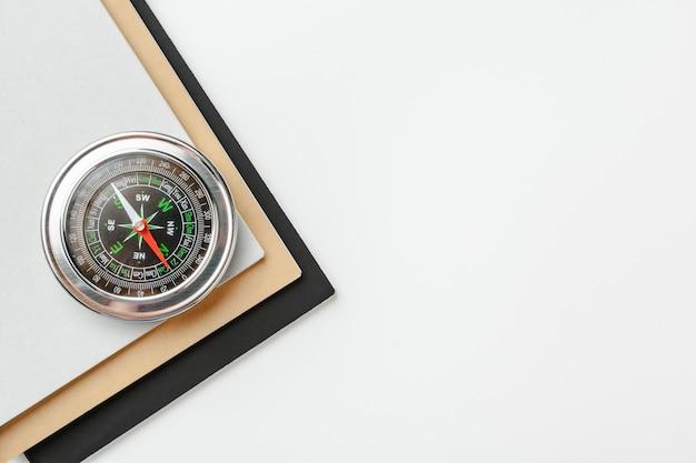 Sluit omhoog van een kompas op een witte achtergrond