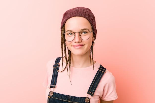 Sluit omhoog van een leuke kaukasische tiener hipster student die glazen draagt