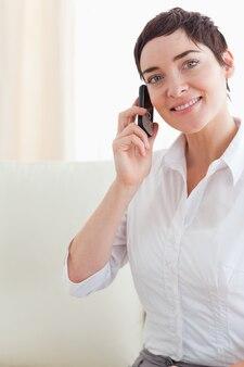 Sluit omhoog van een leuke vrouw met een telefoon