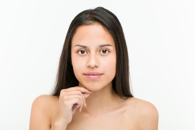 Sluit omhoog van een mooie en natuurlijke spaanse jonge vrouw