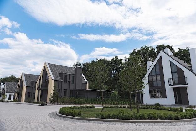 Sluit omhoog van een nieuwe woonwijk met moderne huizen